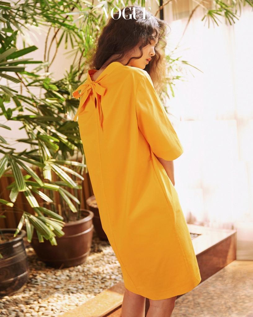 개나리꽃이 연상되는 샛노란 튜닉 드레스. 목 뒷부분의 리본 장식이 돋보인다.