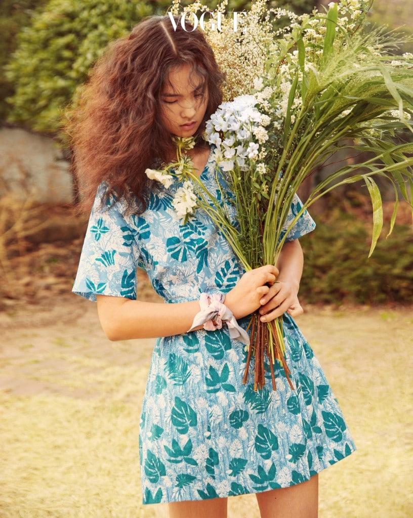 산뜻한 봄바람에 살랑거리는 꽃무늬 미니 드레스가 싱그러운 봄소식을 알린다.
