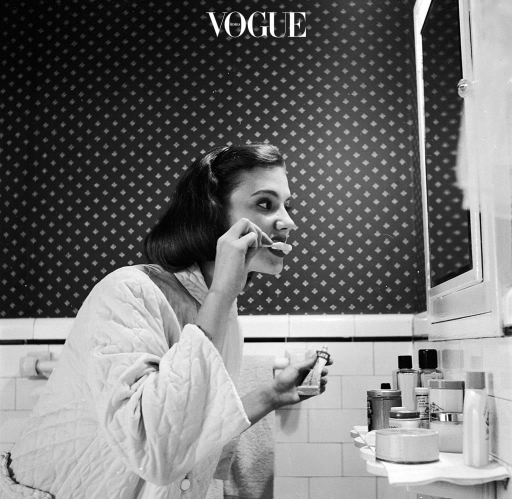 '잔주름', '체력 저하'처럼 눈에 보이는 노화는 스스로 감지할 수가 있지만, 치아가 나이드는 것은 쉽게 느낄 수가 없습니다. 어느 날 갑자기 짧아지고, 시려지며, 미세하게 깨져있는 것을 발견하게 되는거죠. 이건 치아를 외부 환경으로부터 보호해주는 가장 바깥 면, 에나멜 층이 닳아 없어졌기 때문이에요. 어린 치아는 바른 칫솔질에서 시작합니다.