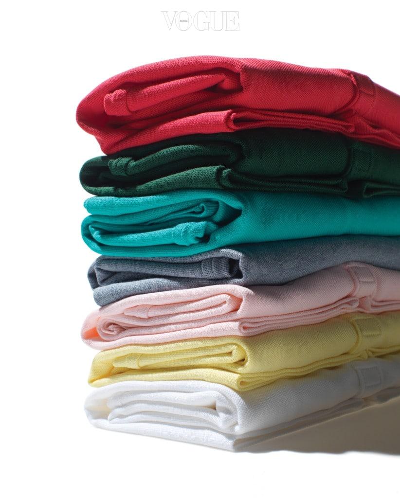 곤도 마리에는 옷을 접는 법부터 서류를 버리는 기준까지 정리의 기쁨에 관한 다양한 조언을 전한다. 다채로운 컬러의 폴로 셔츠는 라코스테(Lacoste).