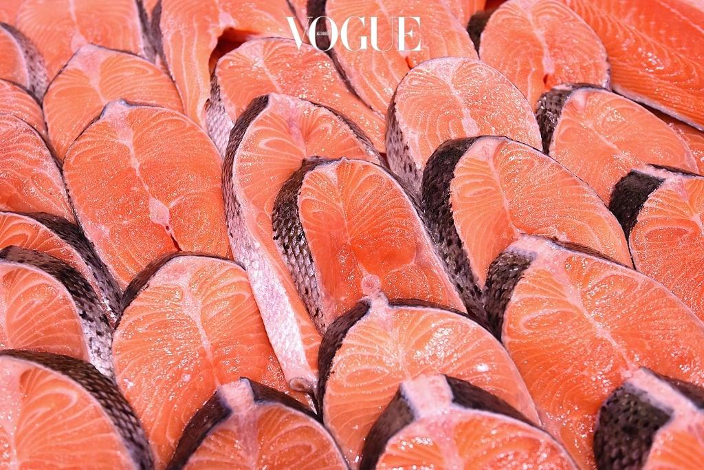 2 생선 연어나 고등어, 참치 등 생선에는 오메가3 지방산과 DHA 성분이 풍부하게 들어 있어요. DHA는 신경 세포를 보호해 두뇌 발달을 촉진시키는데 큰 도움을 준답니다. 생선에는 또한 불포화지방산이 풍부해서 혈액 내의 콜레스테롤 수치를 낮춰주고 심장 질환을 방지해주죠.