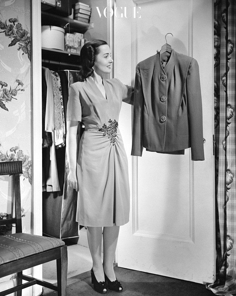 그러니 집에 있는 유행 지난 의상에 만족하지 말고 합리적인 가격의 잇 아이템을 활용해 지금 패션 퀸의 자리를 거머쥐세요!