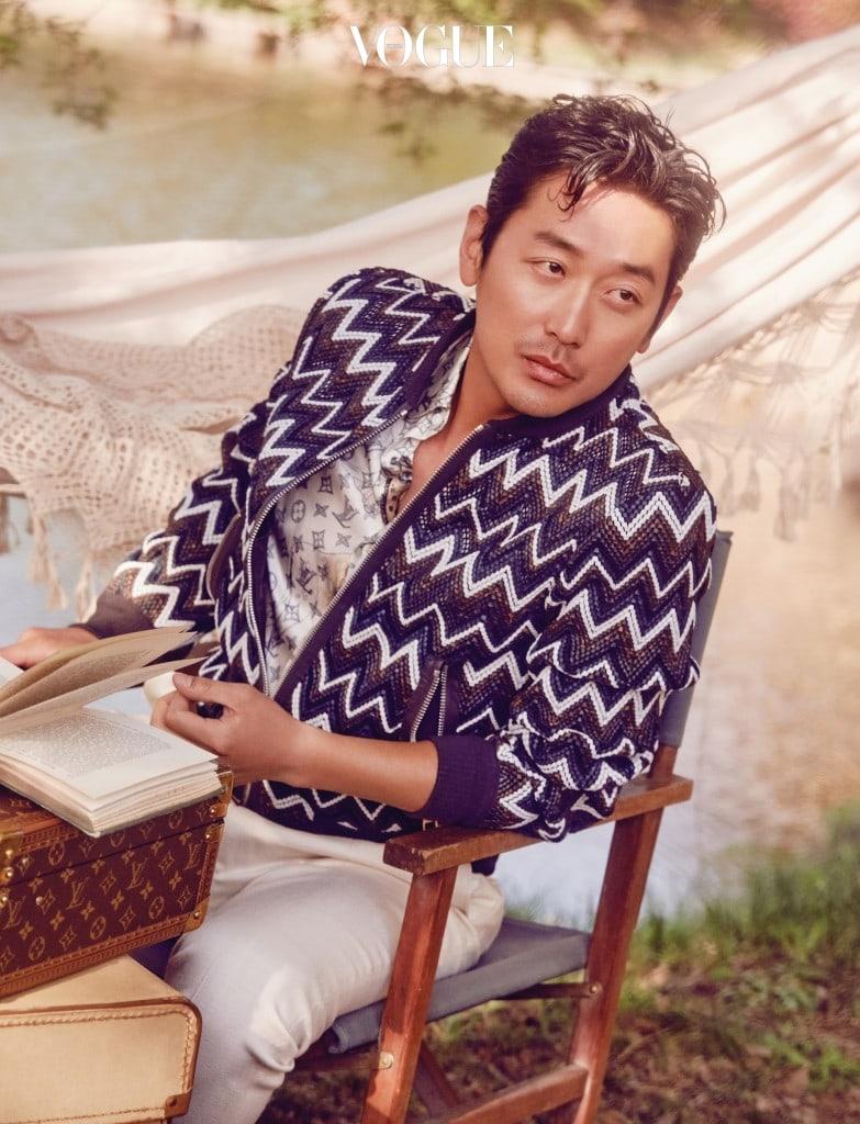 하정우가 입은 체크 블루종, 실크 소재 반팔 셔츠는 루이 비통(Louis Vuitton).  해먹은 블랑쉬하우스 (www.blanchehouse.co.kr).PHOTOGRAPHED BY SHIN SUN HYE