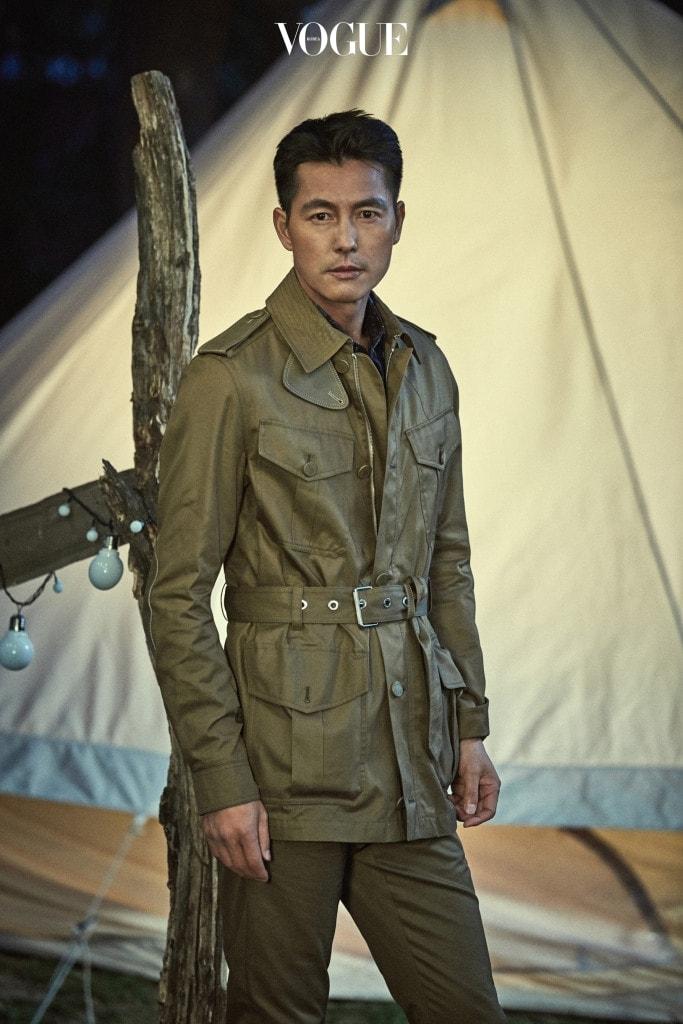 아웃 포켓 장식 사파리 재킷, 네이비 프린트 실크 셔츠, 지퍼 디테일 면 팬츠는 루이 비통(Louis Vuitton).PHOTOGRAPHED BY ZOO YONG GYUN