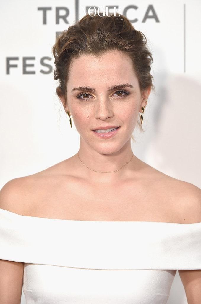 2년 전, 열애설이 터졌던 영국의 여배우, 엠마 왓슨(Emma Watson) 일까요?  엠마 왓슨이 옥스퍼드 대학교 럭비선수, 매튜 제니와 결별한 뒤 해리 왕자가 '당신을 좀더 알고 싶어요.'라는 메일을 보내 비밀리에 열애를 즐기고 있다는 소문이 사실이었을까요?