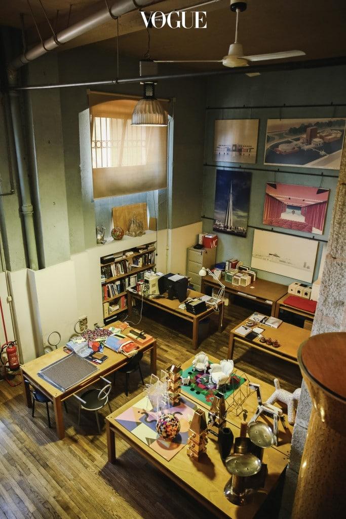 밀라노에 자리한 멘디니 아틀리에. 집에 최소한의 물건만 들여놓고 사는 멘디니지만 아틀리에는 수많은 대표작으로 꾸며져 있다.