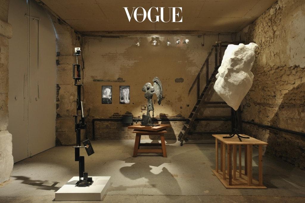파블로 피카소 스튜디오에서 선보인 'Un soir à Boisgeloup' 전경. 왼쪽부터 데이비드 스미스의 조각, 올가 루이스 피카소 아카이브의 사진, 파블로 피카소의 조각.