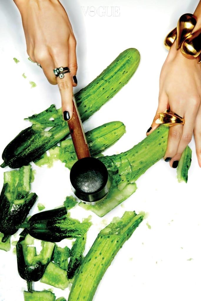 오른손 검지의 링은 보테가 베네타(Bottega Veneta), 약지의 진주 장식 링은 슈슈 주얼리(Chouchou Jewelry), 왼손에 착용한 볼륨감 있는 골드 링과 뱅글은 루이 비통(Louis Vuitton).