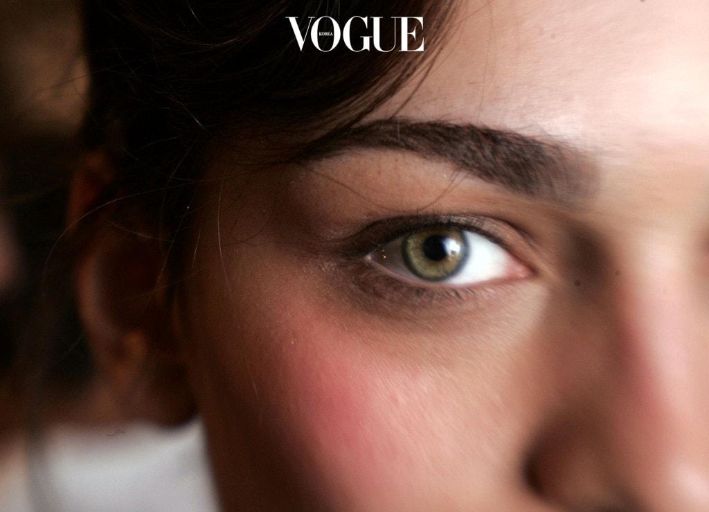 또한, 컬러 렌즈는 특유의 색 때문에 착용하고 있는 동안 눈이 충혈된 것을 알아채기 어려우니 렌즈를 꼈을 때 눈 상태를 꼼꼼히 관찰할 것!