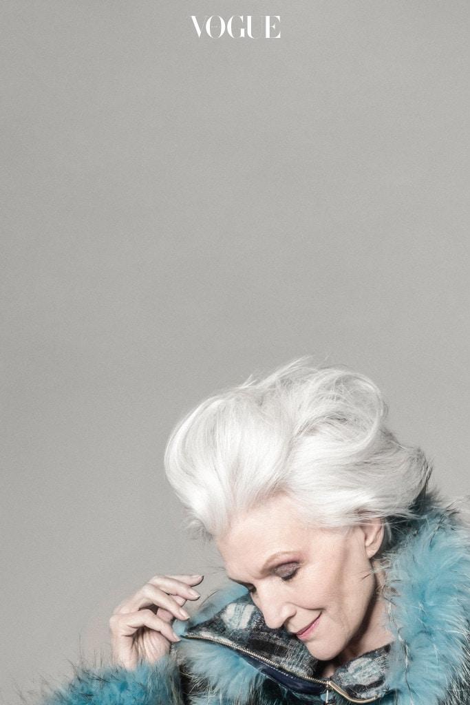 체크무늬가 어우러진 블루 퍼 코트는 손정완.