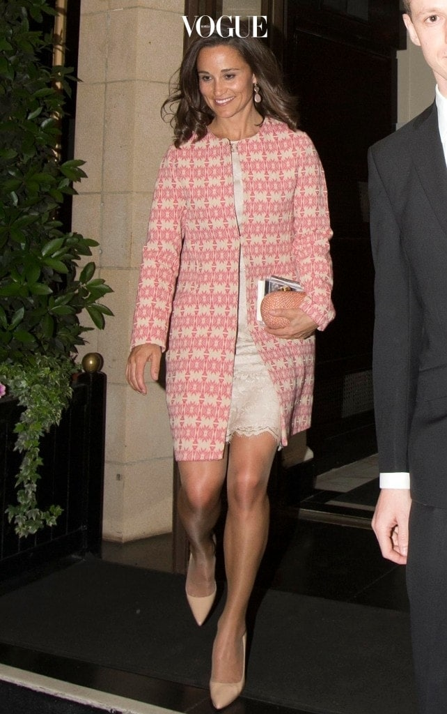 핑크와 아이보리가 섞인 에스닉 패턴 코트