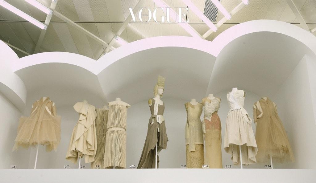 뉴욕 메트로폴리탄 뮤지엄에서 열리는 꼼데가르송 회고전의 풍경. 여기에는 'Design / Not Design'이란 주제 아래 1997년 작품부터 2017년의 작품까지 모두 함께 전시되어 있다.