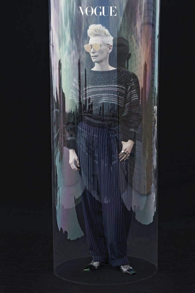 밤하늘의 별과 은하수를 연상케 하는 패턴의 스웨터와 부츠는 샤넬(Chanel), 핀스트라이프 패턴의 오버사이즈 와이드 팬츠는 러버보이 바이 찰스 제프리(Loverboy by Charles Jeffrey), 구조적인 더블 링은 라델앤울프 × 폴라 노어(Räthel&Wolf × Paula Knorr), 선글라스는 틸다 스윈튼 × 젠틀몬스터 (Tilda Swinton × Gentle Monster).