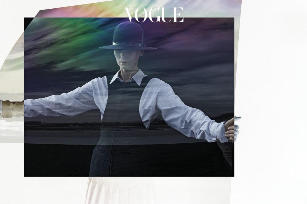플리티드 스커트를 변형한 울 소재 피나포어 드레스는 샤넬(Chanel), 오버사이즈 포플린 셔츠는 러버보이 바이 찰스 제프리(Loverboy by Charles Jeffrey), 볼러 햇은 스티븐 존스(Stephen Jones).