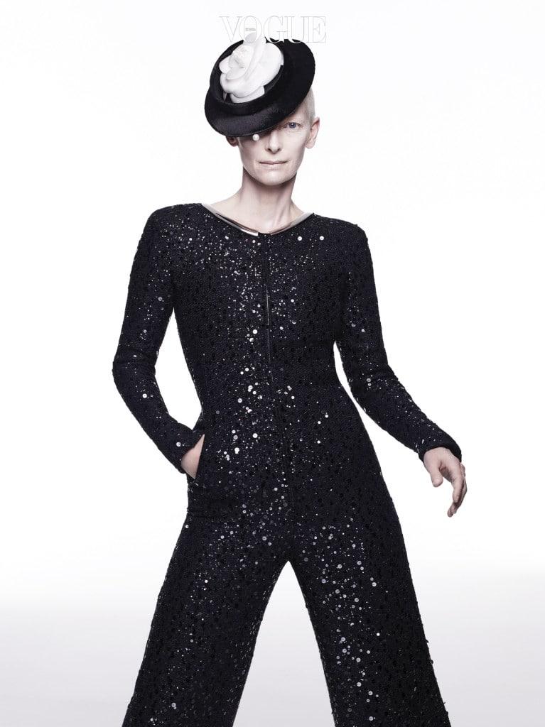 밤하늘의 별처럼 서로 다른 크기의 시퀸을 촘촘히 장식한 울 점프수트는 샤넬(Chanel), 카멜리아와 진주알 장식 모자는 스티븐 존스(Stephen Jones).