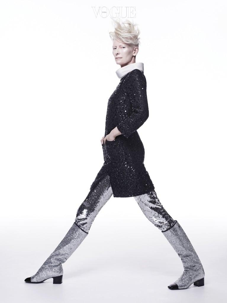 헬멧과 연결되는 우주복 네크라인을 응용한 시퀸 트위드 미니 코트 드레스와 부츠는 샤넬(Chanel), 시퀸 레깅스는 몰리 고다드(Molly Goddard).