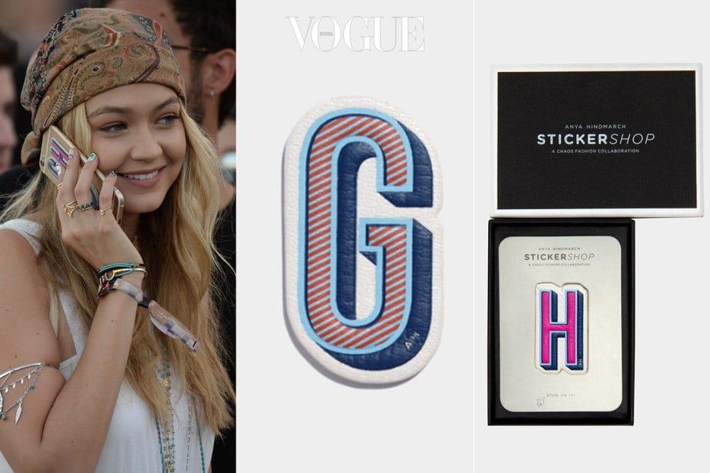지지 하디드(Gigi Hadid)는 케이스 대신 안야 힌드마치의 이니셜 스티커를 부착했네요.