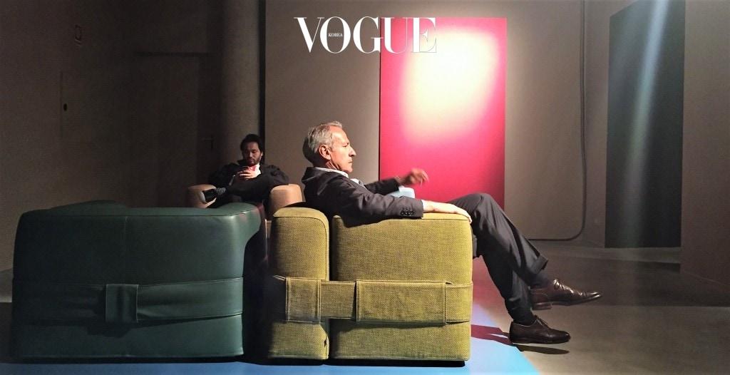 창립 90주년 기념 전시가 열렸던 Cassina 쇼룸과 Mario Bellini의 932 MB1 QUARTET(2017) 암체어에 앉은 내 모습.  그런데 느닷없이 내 앞으로 암체어에 떨썩(?) 앉은 이는 이태리의 유명한 경제 저널리스트 마르코 트라발리오(Marco Travaglio)이다. 밀라노 가구박람회는 이렇듯 분야, 성별, 연령을 뛰어넘는 모든 이들의 관심사이자 축제이다.