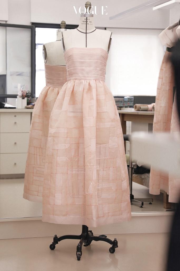 샤넬에서 영화 의 주인공 루시 미란도(틸다 스윈튼)를 위해 제작한 옷 두 벌. 서울에서 열린 2016 크루즈 컬렉션의 피날레 의상이다. 분홍색 실크와 시폰으로 만들었으며 앞가슴 쪽의 댕기 리본이 포인트다.