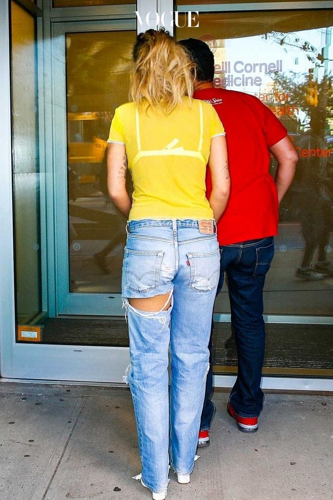 급기야 최근에는 엉덩이 부분만 찢은 '엉찢' 스타일도 선보여졌죠. 리타 오라 Rita Ora