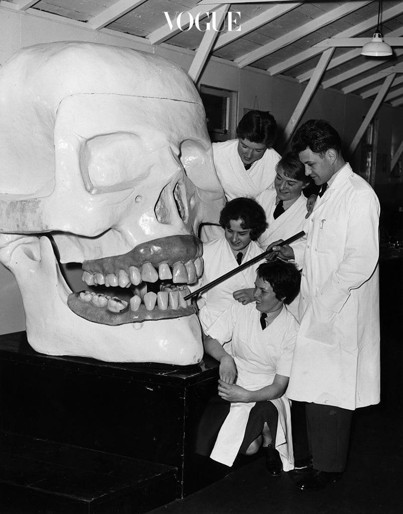칫솔질을 아무리 잘 해도, 자주 해도, 오래 해도, 치아 면적의 30% 정도는 구조상 칫솔모가 닿기 어려워요. 치아와 치아 사이, 치아 부근 잇몸 같은 곳이 대표적이죠. 구강 건강을 위해 치실은 선택이 아닌 필수라는 얘기. 그렇다고 또 우리가 아무거나 쓸 수는 없잖아요?