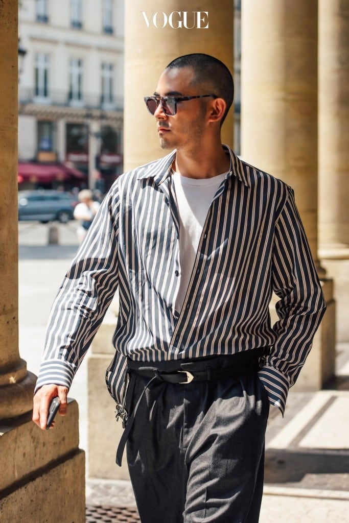 Day 3  루이 비통의 17F/W 컬렉션 중 줄무늬 셔츠와 그레이 톤의 와이드 팬츠. 평소 내가 즐겨입는 스타일에서 크게 벗어나지 않는 룩을 골랐다. (Captured by Tommy Ton)