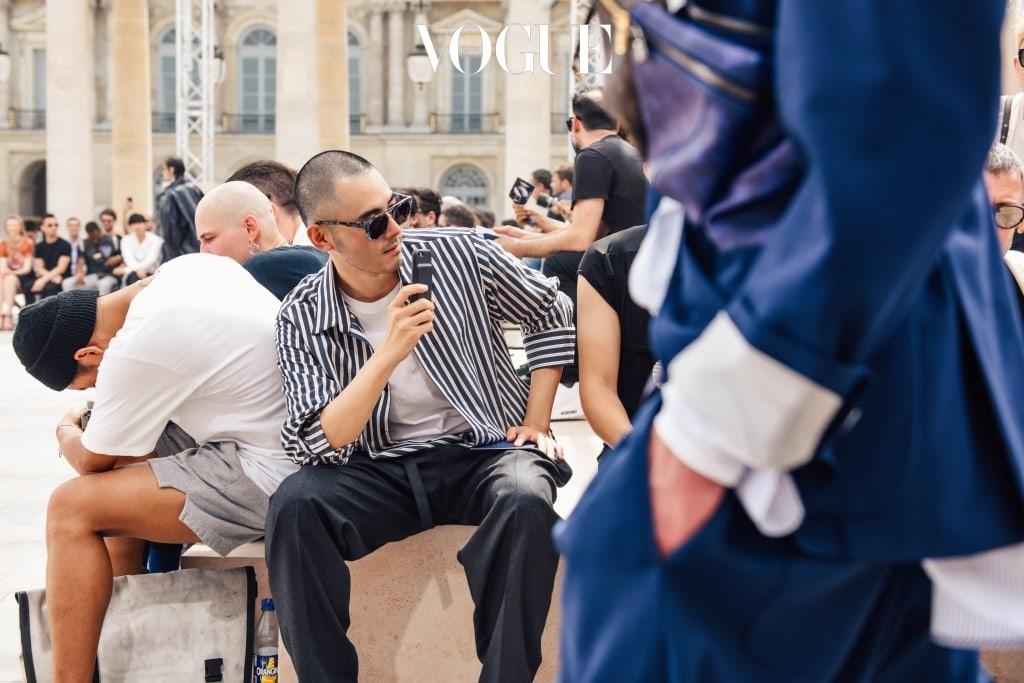 Paris Day3 보그 인스타그램에 쇼 현장을 생중계하는 중. 킴 존스의 팝적인 감성이 가미된 레디 투 웨어 의상과 근사한 액세서리들이 등장했다.