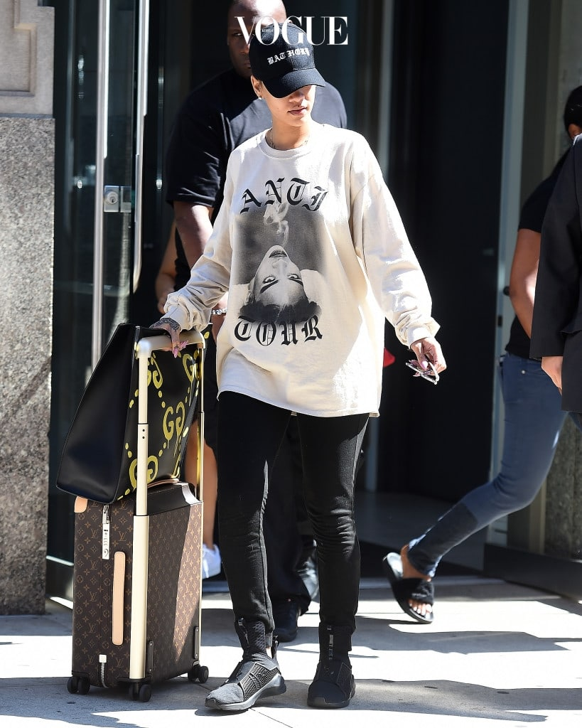 Rihanna seen wearing a sweatshirt and rolling her own luggage in New York City Pictured: Rihanna Ref: SPL1341612  280816   Picture by: Robert O'neil/Splash News Splash News and Pictures Los Angeles:310-821-2666 New York:212-619-2666 London:870-934-2666 photodesk@splashnews.com
