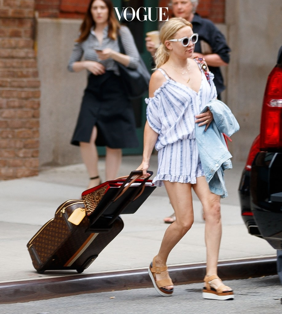 Kate Hudson carries her own luggage when checking out of her hotel in New York Pictured: Kate Hudson Ref: SPL1522946  190617   Picture by: XactpiX/ Splash News Splash News and Pictures Los Angeles:310-821-2666 New York:212-619-2666 London:870-934-2666 photodesk@splashnews.com