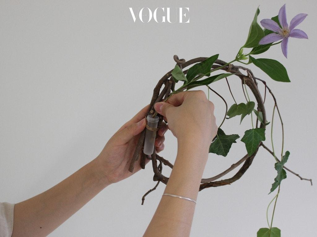 줄 아이비도 클레마티스도 덩굴성 식물이기 때문에 축 늘어지도록, 그리고 줄을 타고 올라가 듯 자연스럽게 엮어주는 게 포인트입니다. 워터픽에 꽂아주시는 것 잊지 마세요.