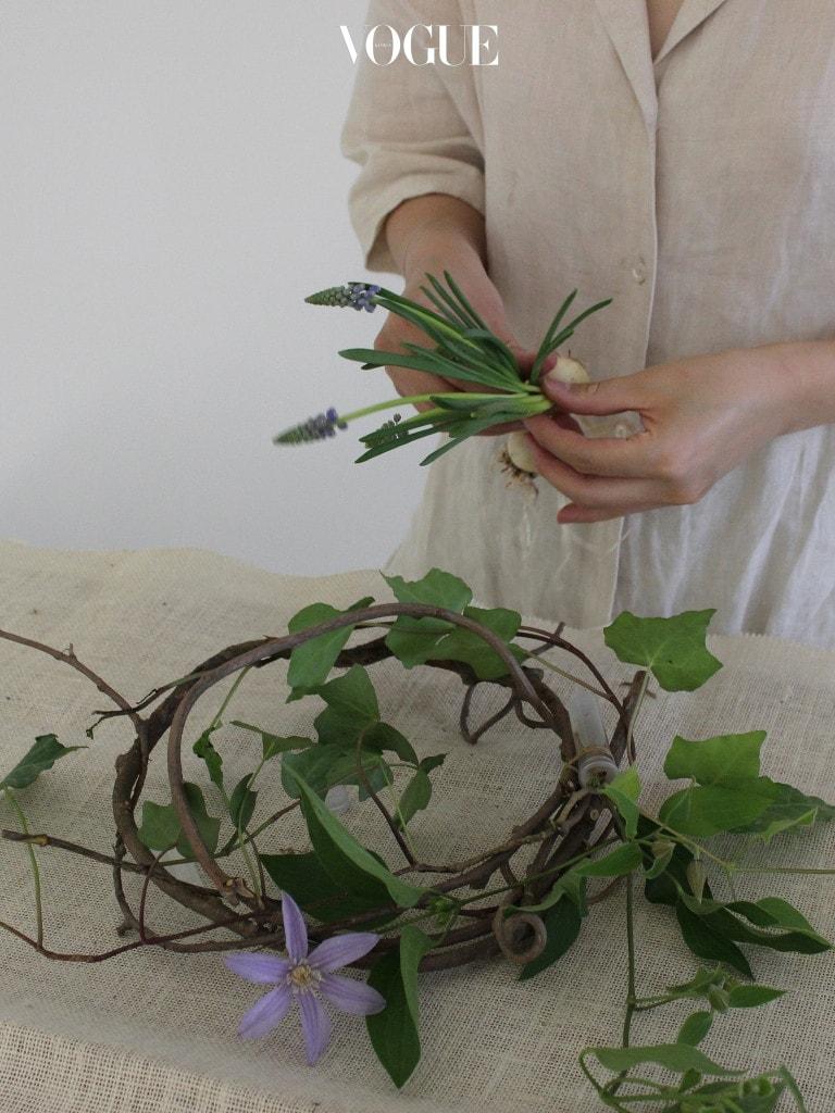 워터픽 부분은 최대한 가려주는 것이 또 하나의 포인트인데 잎이 큰 아이비나 무스카리를 사용하여 워터픽 부분을 가려주세요. 줄 아이비를 여러 대 사용하면 풍성한 느낌의 리스가 됩니다. 무스카리는 알뿌리 부분을 사용하여 자연스럽게 연출을 할 예정이어서 여러대를 겹쳐서 와이어로 고정시켜주세요.