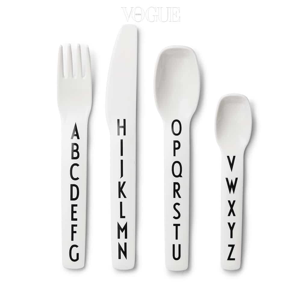 알파벳이 나열된 커트러리는 디자인 레터스(Design Letters).
