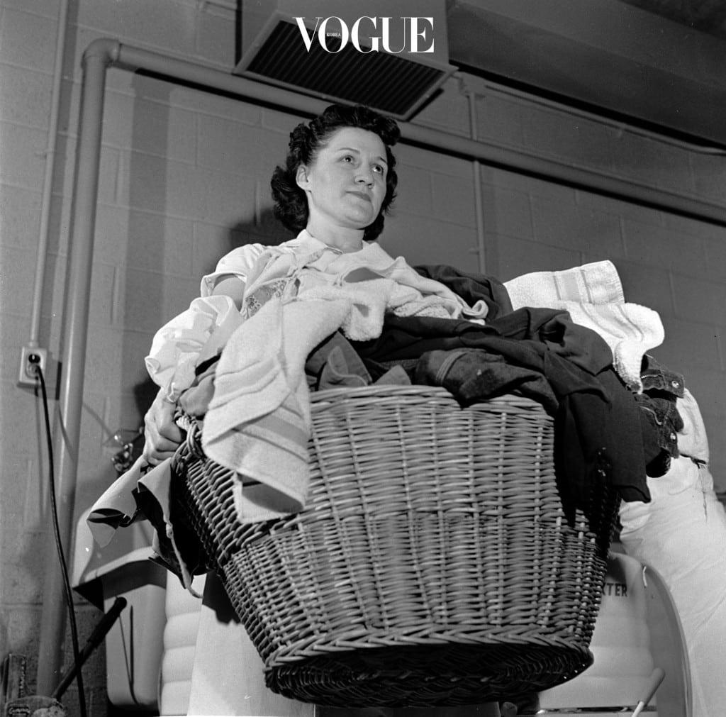 지금 바로 세탁기를 작동시킬 게 아니라면 축축한 타월을 잘 말린 후 빨래통으로 옮기는 것이 좋습니다.