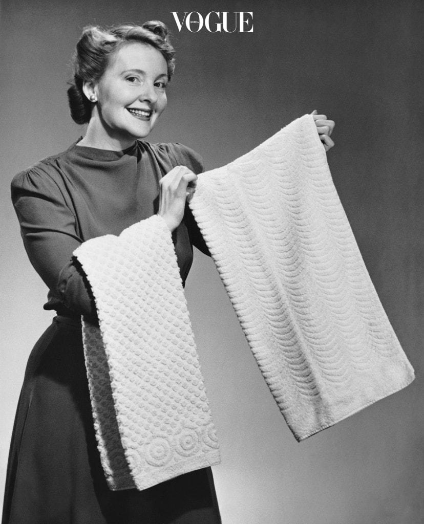 신선한 향을 원한다면 빨래줄에 탁탁 털어 널고, 수건의 보송보송한 부피감을 유지하고 싶다면 건조기 안에 깨끗한 테니스 공 두 개를 넣어보세요.