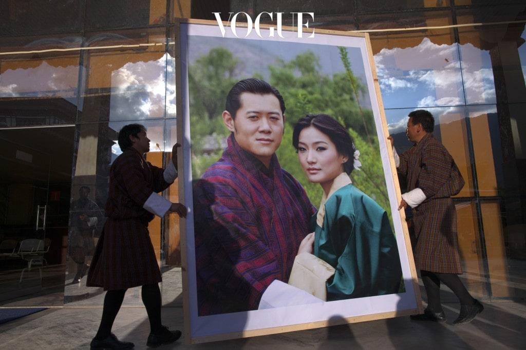 """일부다처제가 가능한 부탄. 실제로 '지그메 싱예' 선왕은 4명의 부인을 두었고, 현재 '지그메 케사르' 국왕은 선왕과 세 번째 부인 사이에서 태어났습니다. 그러나 지그메 케사르 국왕은 2011년, 평민 출신인 사랑하는 여인 '제선 파마'과 행복한 결혼식을 올리며 """"평생 제선 왕비만 보고 살 것이다."""" 라며 로맨틱한 발언을 남겨 화제가 되었답니다."""