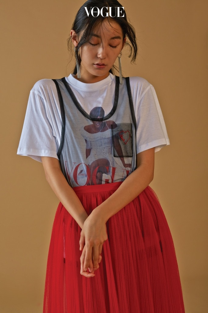 2001년 4월 커버를 프린트한 티셔츠는 YCH, 왼쪽 가슴에 빨간색 하트 모양 스티치가 있는 검은색 망사 슬리브리스, 빨간색 스커트는 디올(Dior), 실버 드롭 귀고리는 엠주(Mzuu).