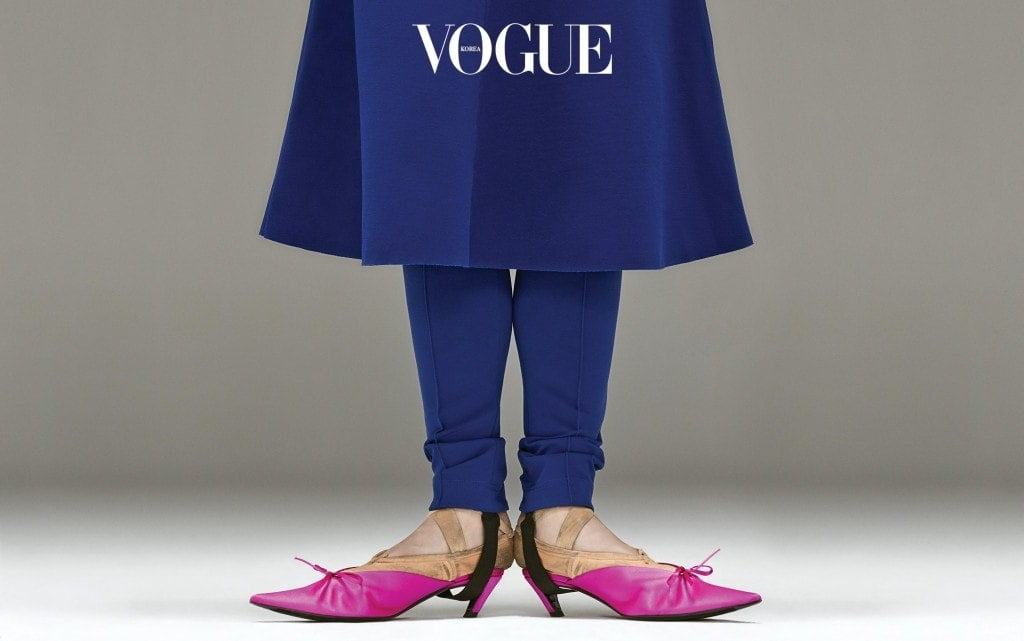 비비드한 블루 드레스와 레깅스, 핑크 컬러 뮬은 발렌시아가(Balenciaga).