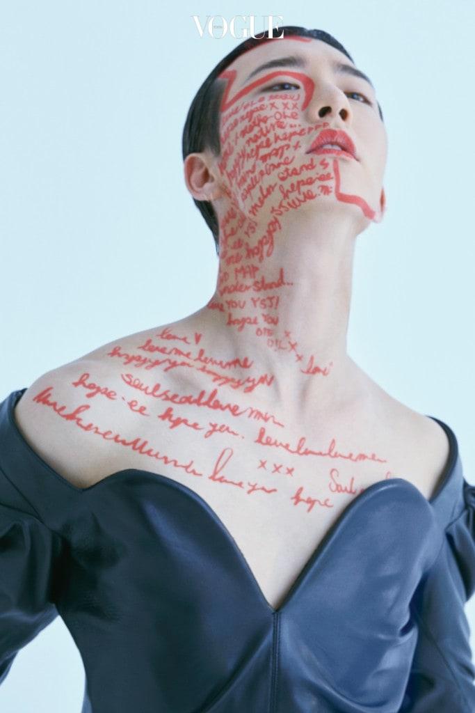 블랙 가죽 미니 드레스는 생로랑 바이 안토니 바카렐로(Saint Laurent by Anthony Vaccarello).