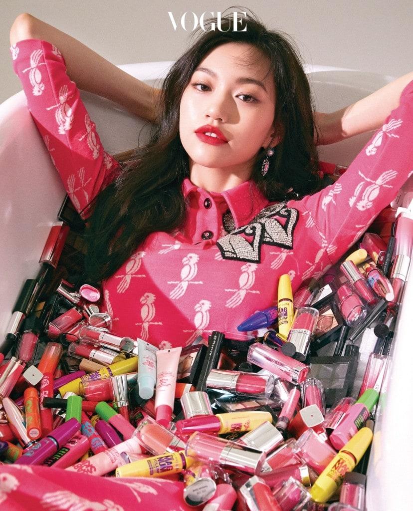스팽글 장식의 핑크 톱과 팬츠는 미우미우(Miu Miu), 귀고리는 블랙뮤즈(Black Muse).