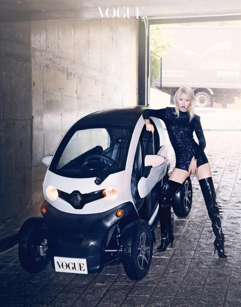 소형 전기차는 르노 트위지(Renault Twizy), 스팽글 보디수트는 BNB12, 싸이하이 부츠는 YCH.