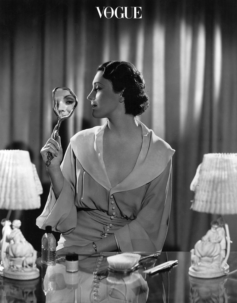 circa 1936:  Kay Linaker,an American leading lady for Warner Brothers is demonstrating her hair routine in between visits to the hairdressers.  (Photo by Hulton Archive/Getty Images)