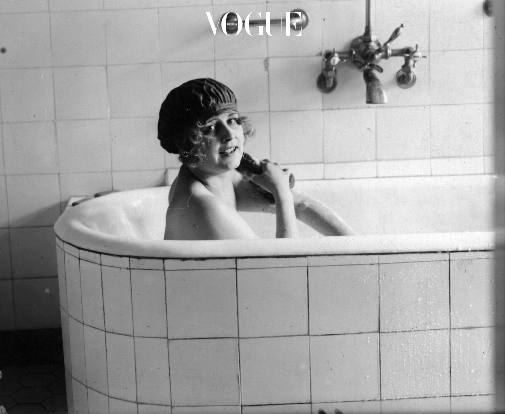 1925:  A woman scrubbing herself in a bath tub.  (Photo by Hulton Archive/Getty Images)