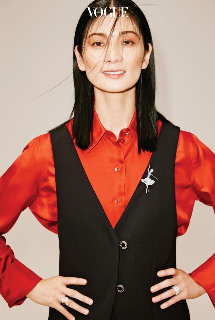 블랙 베스트와 레드 실크 블라우스는 에르메스(Hermès). 우아하게 춤추는 발레리나 얼굴의 페어 컷 다이아몬드를 세팅한 발레리나 클립은 반클리프 아펠(Van Cleef & Arpels).