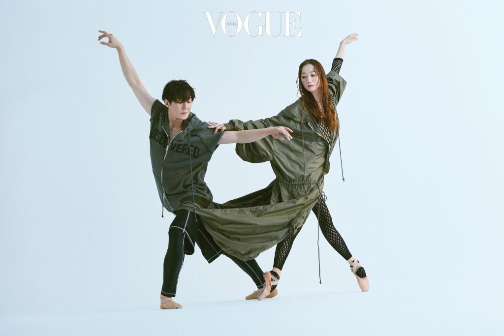 하나로 연결한 오버사이즈 아노락은 준지(Juun.J), 엄재용이 입은 트레이닝 팬츠는 DKNY.