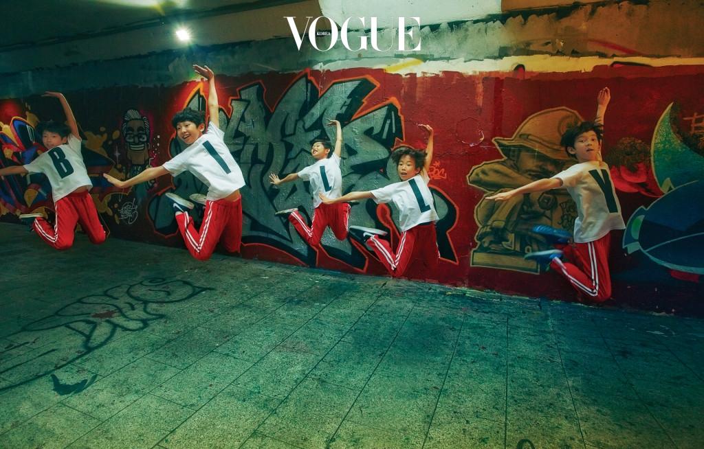 하늘을 향해 점프하는 빌리 댄스! 왼쪽부터 천우진, 김현준, 심현서, 성지환, 에릭 테일러. 알파벳 'BILLY' 프린트 티셔츠와 트레이닝 팬츠는 빌리들의 연습 복장.