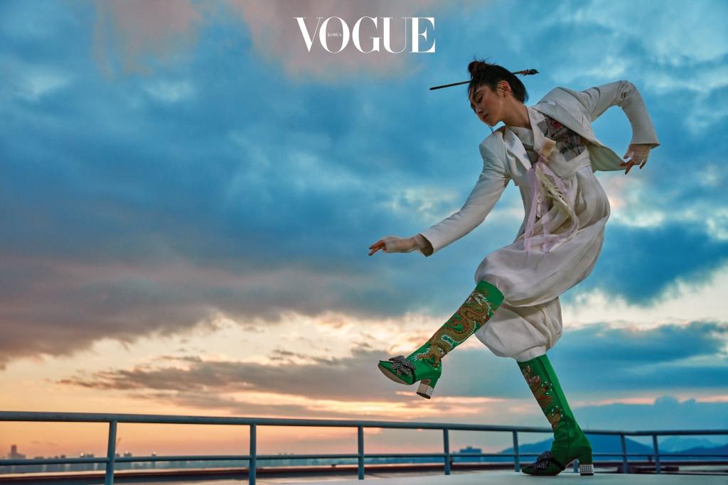 흰색 뷔스티에 재킷은 스텔라 맥카트니(Stella McCartney), 꽃문양 배색 저고리와 비녀는 한국의상 백옥수(Baek Oak Soo), 흰색 치마바지는 윤의 한복(Yunui), 용 자수 장식 부츠는 구찌(Gucci).