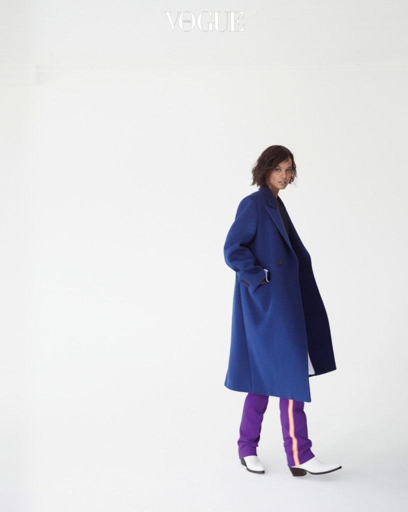 올겨울 아우터 스타일링의 좋은 예를 보여주는 코트와 팬츠. 날씬한 줄무늬 팬츠와 모던한 카우보이 부츠가 어울렸다.
