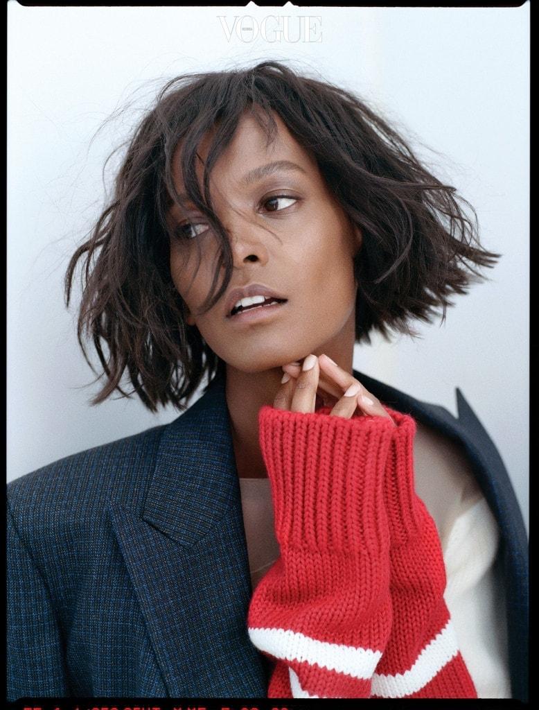 아무래도 이번 컬렉션의 핵심은 재킷과 코트일 듯. 날카로운 칼라 깃이 인상적인 도톰한 모직 재킷과 빨간 니트 소매 톱.