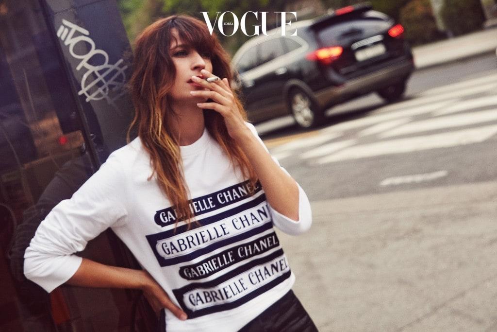 가브리엘 샤넬이 그래픽적으로 프린트한 화이트 티셔츠는 샤넬(Chanel).