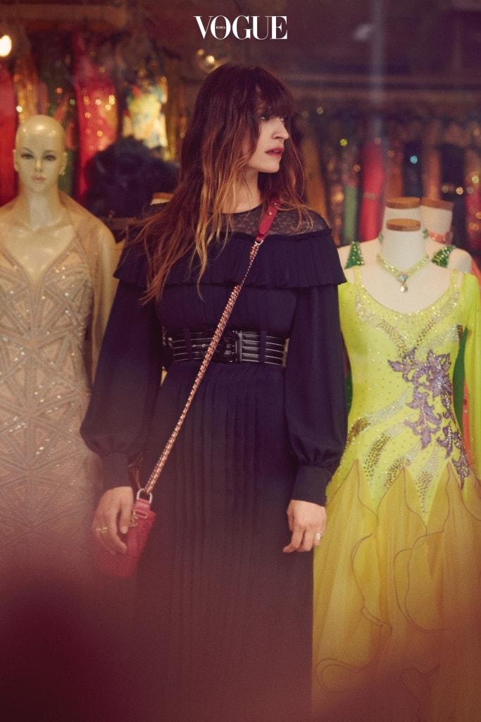 섬세한 레이스에 실크 소재의 플리츠 롱 드레스는 샤넬(Chanel). 앙증맞은 사이즈의 가브리엘 샤넬 백과 관능적인 레드 립스틱 샤넬 '루쥬 알뤼르 벨벳 57 루쥬 푸'가 자연스럽게 어우러졌다.